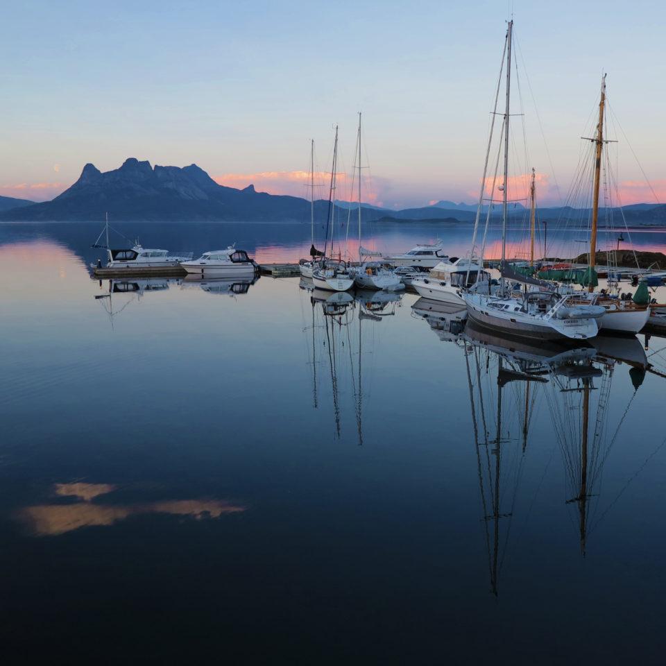 Båthavna ved Tranøy Galleri nattestid